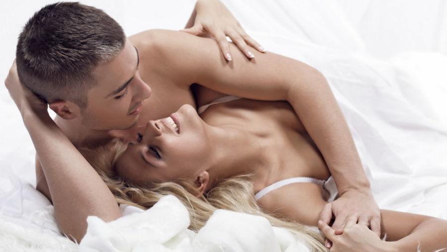 Пара в кровати