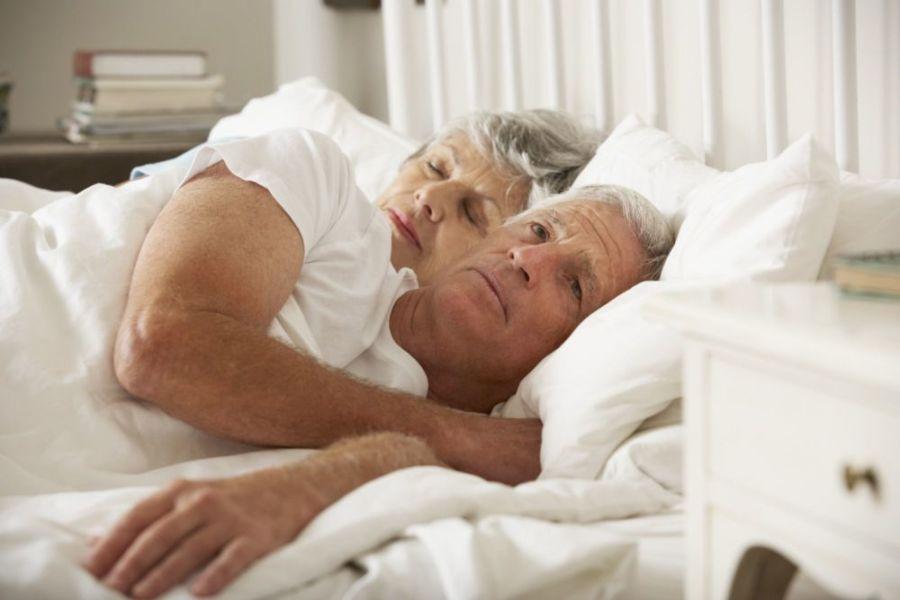 Мужчина в постели с женой